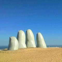 escultura los dedos tirada durante o passeio do city tour em Punta del Este